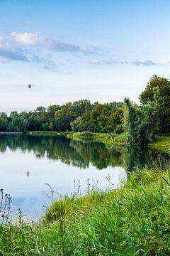 Limburgs landschap van een visvijver en een luchtbalon in de lucht (susteren) van Debbie Kanders