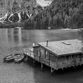 Pragser Wildsee - Dolomiten in Schwarz und Weiß von Teun Ruijters