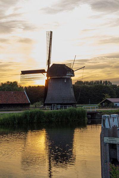 Hollandse Molen in Zonsondergang van Paul Franke