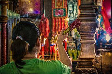 Offeren in tempel Hong Kong. van Ron van der Stappen