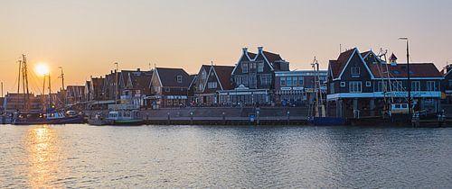 Zonsondergang bij de haven in Volendam II van Chris Snoek