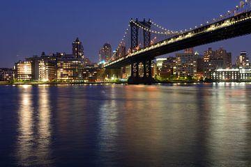 Manhattan Bridge over East River in New York in de avond van