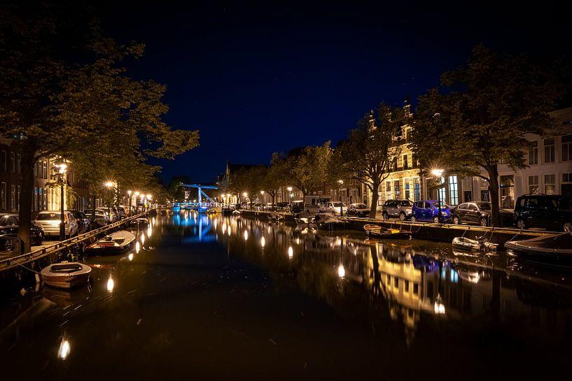Typische Nederlandse Grachten huizen langs kanaal in Alkmaar van Fotografiecor .nl