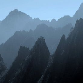 Mystieke bergtoppen in nevel, China van Inge Hogenbijl