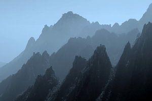 Mystieke bergtoppen in nevel, China