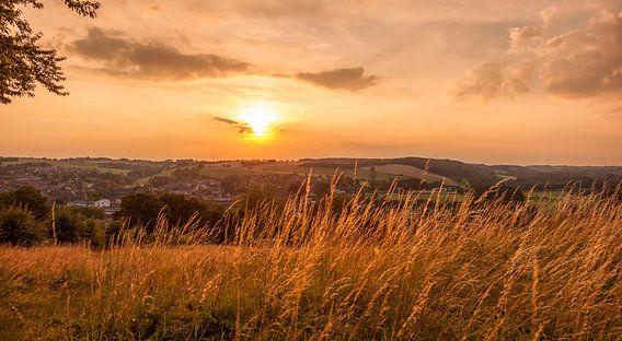 Zonsondergang boven Gulpen van John Kreukniet