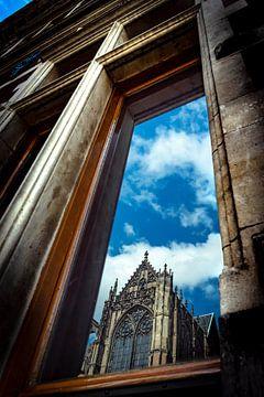 Reflectie van Domkerk in raam Universiteitsgebouw Utrecht van Robert van Walsem