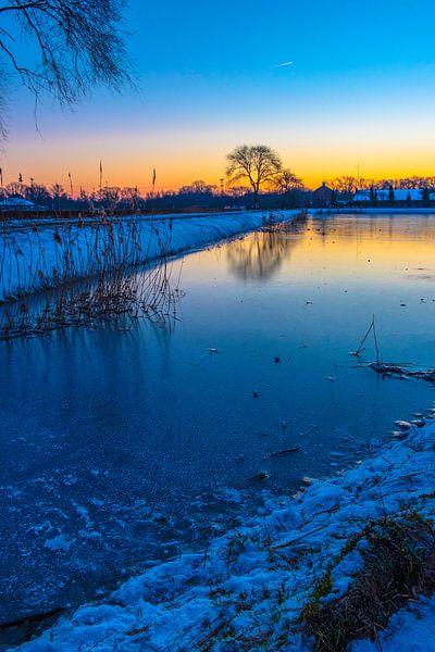 Winter ijs en sneeuw in natuurgebied Moerenburg van Freddie de Roeck