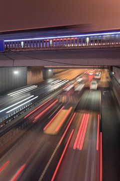 Scène de nuit urbaine avec flou de mouvement et traînées de lumière. sur Tony Vingerhoets