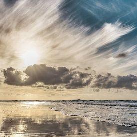 Het Noordzeestrand met een laagstaande zon van eric van der eijk
