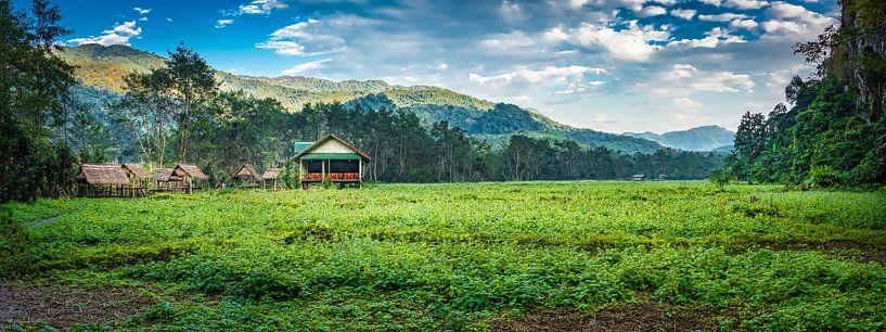 Panorama huisjes op het platteland, Laos van Rietje Bulthuis