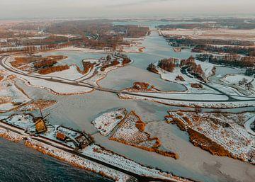 Das Twiske Wintererholungsgebiet Naturgebiet Drohnenfoto Niederlande im Schnee von Mike Helsloot