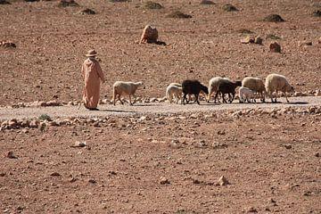 Marokkaanse herder in Atlasgebergte van Simone Meijer