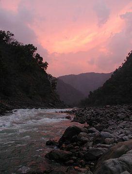 De heilige rivier de Ganges in India bij Laxman Jhula  bij zonsondergang van Nisangha Masselink