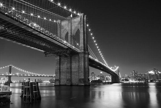 Night over Brooklyn Bridge (zwart-wit)