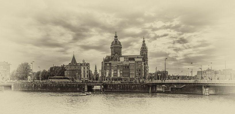 Amsterdam - panorama op Schreierstoren en St. Nicolaas Basiliek van Toon van den Einde