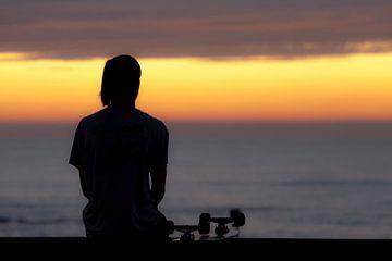 Skateur relaxant au coucher du soleil sur Mieneke Andeweg-van Rijn