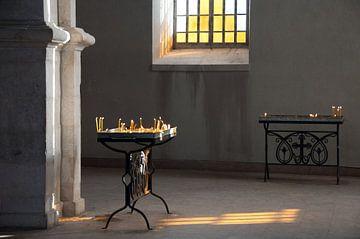 Kaarsen branden in een Armeense kerk in Nagorno Karabach. van