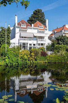 Weißes Haus am Teich - Perlen von Trinity Fotografie