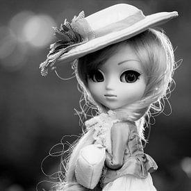 Meisjespop met een hoedje op in zwartwit van Atelier Liesjes
