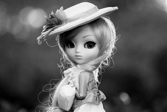 Mädchenpuppe mit Hut in schwarz-weiß