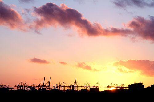 zonsondergang boven industriegebied