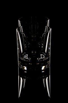 Glaswerk op zwart, whisky glazen van Frank Janssen