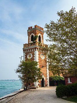 Historische toren in de oude stad van Venetië in Italië van Rico Ködder