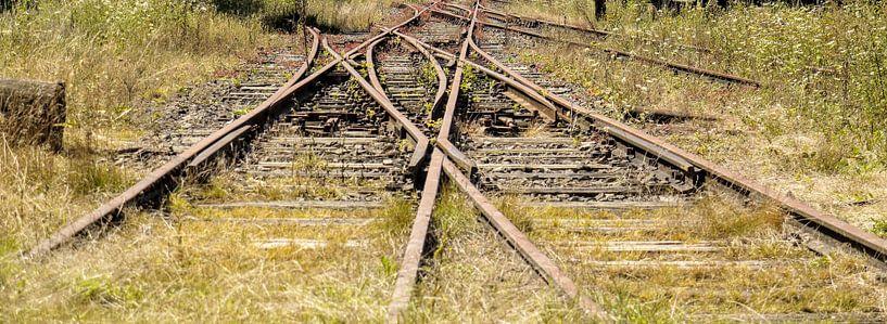 Beeindruckender Eisenbahnknotenpunkt, Belgien I Retro-Look - Industrial I Kunst Farbdruck von Floris Trapman