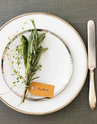 Gedekt bord met kruidenboeketje en naamkaartje