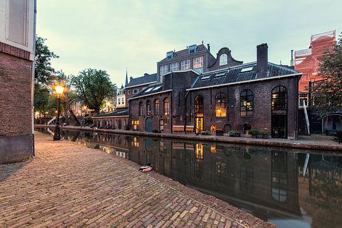 Twijnstraat aan de Werf bij het vallen van de avond  in Utrecht met zicht op de Oudegracht (kleur) van