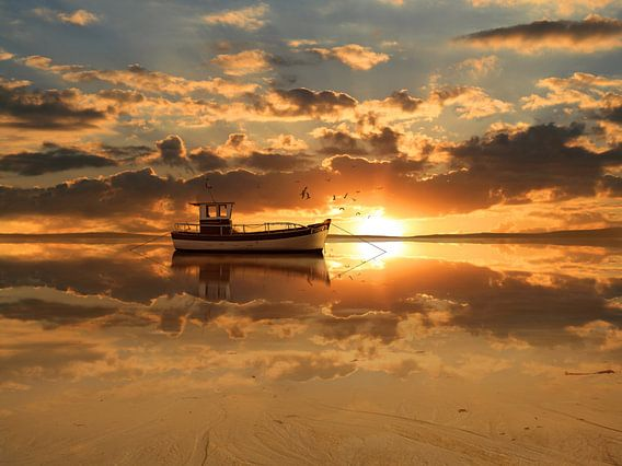 De vissersboot bij zonsondergang van Monika Jüngling