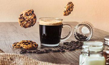 Zwarte Koffie met Zwevende Koekjes van