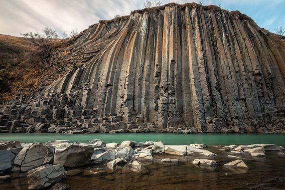 De statige basalt vallei Stuðlagil in midden IJsland