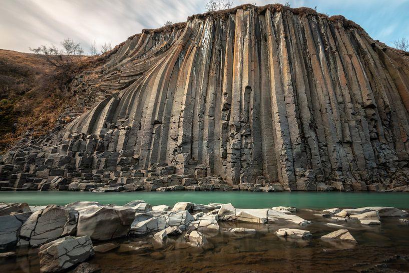 De statige basalt vallei Stuðlagil in midden IJsland van Gerry van Roosmalen