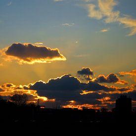 Schöne Wolken während des Sonnenuntergangs von Joost van Riel