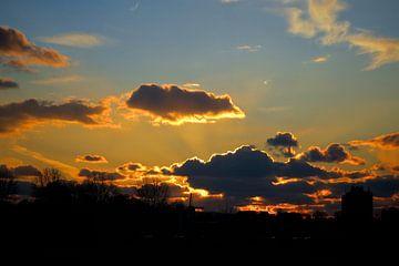 Mooi wolken tijdens zonsondergang van Joost van Riel