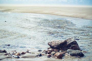Pastelkleurige foto van keien gefotografeerd op het strand van Texel van Natascha Teubl