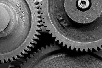 Zahnräder einer alten historischen Maschine in einer stillgelegten Fabrik von Heiko Kueverling