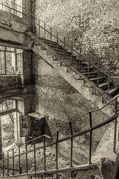 Escalier dans un bâtiment d'usine abandonné sur Gonnie van de Schans