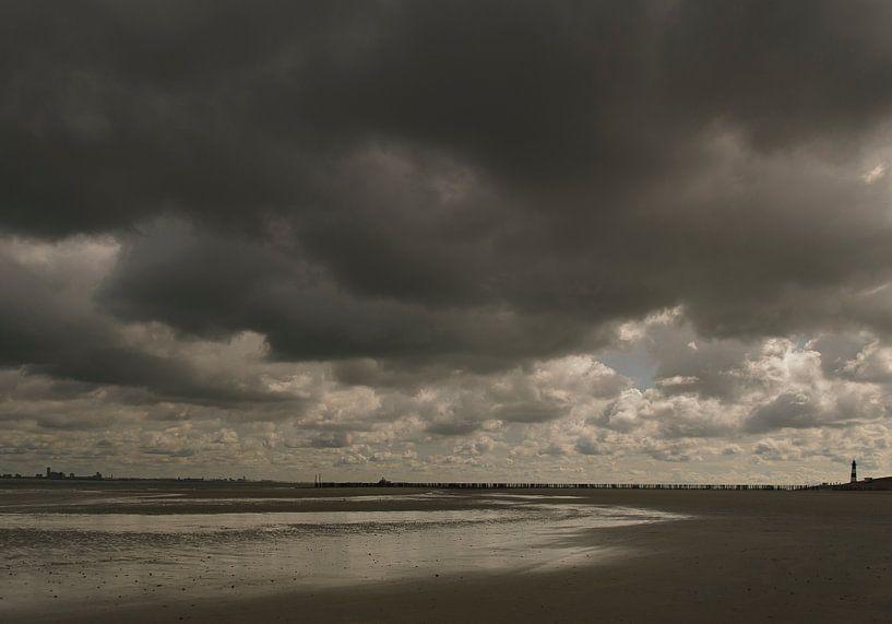 Strand bij Nieuwvliet, regenwolken van Edwin van Amstel