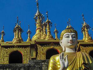 Boeddha met Vitarka mudra (handgebaar) voor de tempel, Thailand