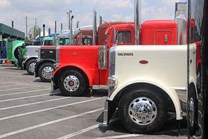 Aantal Amerikaanse vrachtwagens op een rij