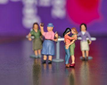 Rosa auf der Tanzfläche mit Miniaturen von J..M de Jong-Jansen