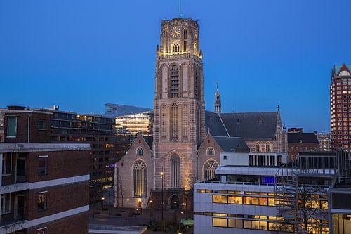 Laurenskerk in Rotterdam tijdens het blauwe uurtje in de avond.