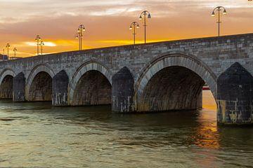 Fraai gekleurde zonsopkomst bij de Sint Servaasbrug in Maastricht van Kim Willems