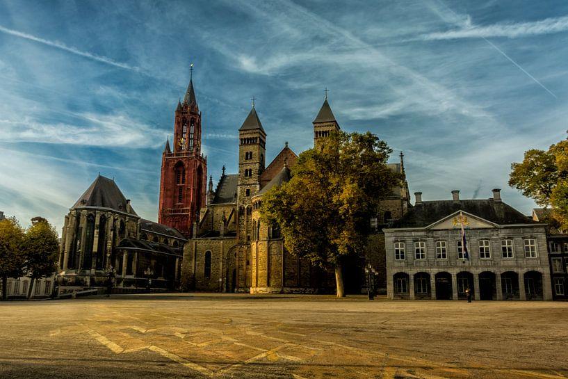 Vrijthof met blauwe wolken in Maastricht van Geert Bollen