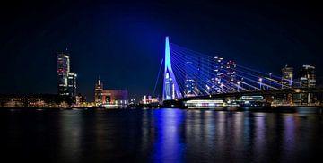 Rotterdam Erasmus Brücke blau beleuchtet 12. Mai von Marco van de Meeberg