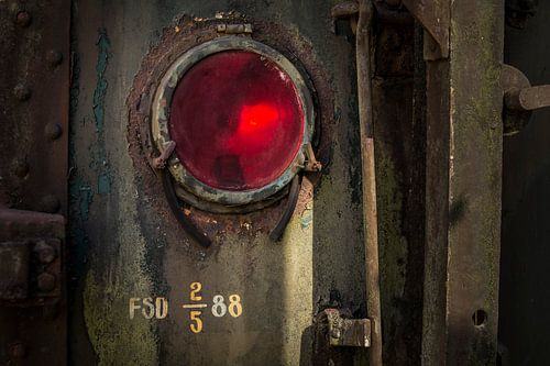 Details van een rode lamp van een  oude verlaten trein op een doodlopend spoor. van