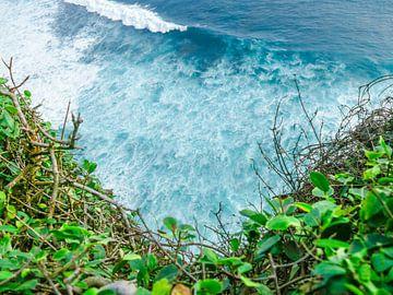 De woeste blauwe zee bij de kust va Bali von Petra Brouwer